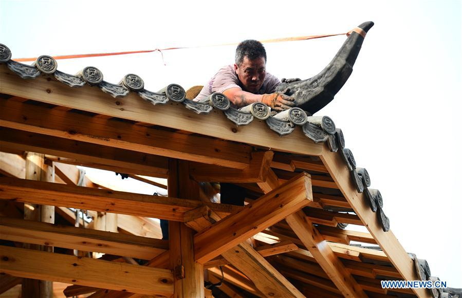 In pics: inheritor of carpenter techniques of Dong wooden buildings